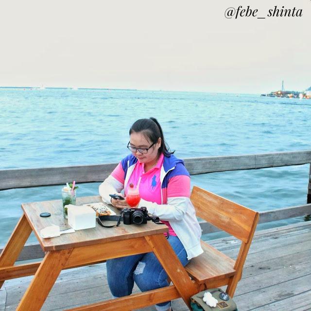 Photo of Review Sekaligus Bersantap Malam Sambil Menikmati Suasana Pantai di Oceanic Cafe, Pantai Mutiara